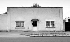Schlichtes, kubisches Wohnhaus mit Flachdach und symmetrischer Fensteranordnung in der Speicherstraße / am alten Hafen in Güstrow.