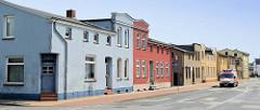 Schlichte, symmetrische Wohnhäuser / Doppelhaus mit unterschiedlicher Farbgebung - Eingangstür der Hausecke; Wohngebäude in der Schwaaner Straße von Güstrow.