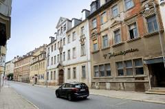 Historische, teilweise denkmalgeschütze Wohnhäuser in der Johannisstraße von Altenburg. Im Vordergrund die ehem. DDR HOG Gaststätte Johannisgarten.