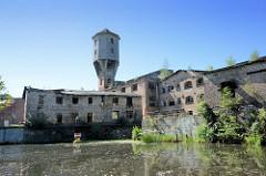 Blick vom Finowkanal auf die historische, denkmalgeschützte Industriearchitektur in Eberswalde.  Ruinen der ehem. Papierfabrik Wolfswinkel. Die Papiermühle würde ursprünglich 1728 errichtet, 1760 niedergebrannt - 1765 wieder aufgebaut; 1834 beka