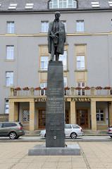 Eingang der  Palacký-Universität / Bildungswissenschaften von Olmütz / Olomouc - Denkmal von Präsident TG Masaryk.