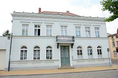 Denkmalgeschütztes, klassizistisches Wohnhaus in der Ernst Thälmann Straße von Güstrow.