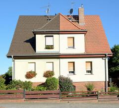 Doppelhaus mit unterschiedlicher Dachdeckung in Eberswalde, Brandenburg.