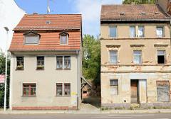 Wohnhaus mit grauem Rauhputz und leerstehendes Etagenhaus in der Straße Teichvorstadt von Altenburg.