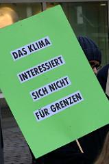 Trauermarsch der Graswurzelbewegung Extinction Rebellion XR in der Mönckebergstraße in der Hansestadt Hamburg. Plakat: Das Klima interessiert sich nicht für Grenzen.