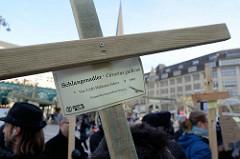 Trauermarsch der Graswurzelbewegung Extinction Rebellion XR auf dem Rathausmarkt Hamburgs - Holzkreuz für den 1969 ausgestorbenen Schlangenadler - Circaetus gallicus.