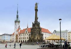 Dreifaltigkeitssäule /  Sloup Nejsvětější Trojice auf dem Marktplatz von Olmütz / Olomouc. Die 1754 eingeweihte barocke Pestsäule wurde  1754 errichtet.  Dahinter steht das Rathaus der Stadt, das ab dem 14. Jahrhundert  errichtet wurde.