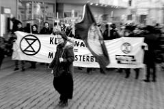 Trauermarsch der Graswurzelbewegung Extinction Rebellion XR am Gerhart-Hauptmann-Platz in Hamburg