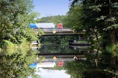 Lastwagenverkehr auf der Autobahnbrücke der Autobahn A11 über den Finowkanal in Brandenburg.