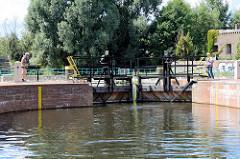 Die Stemmtore / Schleusentore der Stadtschleuse Eberswalde am Finowkanal werden von Hand geschlossen.  Die Schleusenkammer  hat eine Länge von 41m und einen Hub von 3,50m.