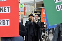 Trompeter auf dem Trauermarsch der Graswurzelbewegung Extinction Rebellion XR in der Mönckebergstraße Hamburgs.