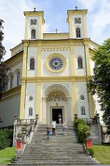 Blick auf die römisch-katholische Dekanatskirche Mariä Himmelfahrt in Marienbad / Mariánské Lázně. Die Kirche wurde 1848 errichtet -  Architekt  Johann Gottfried Gutensohn.