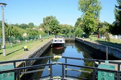 Das Sportboot / Motorboot Erika liegt in der Schleusenkammer der Schleuse Heegermühle des Finowkanals und wartet auf die Schleusung.