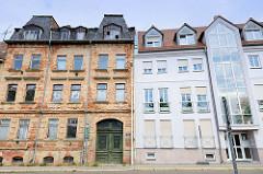 Geschäftshaus mit verglastem Treppenhaus und renovierungsbedürftiges Gründerzeitgebäude in der Straße Teichvorstadt von Altenburg.