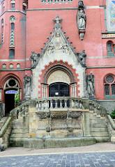 Eingang der der neugotischen  Brüderkirche in Altenburg; geweiht 1905 - Architekt Jürgen Kröger.