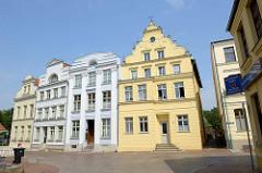 Historische, denkmalgeschützte Wohnhäuser an der Lange Straße in der Barlachstadt Güstrow.