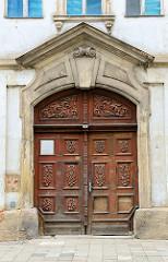 Historische Eingangstür mit barockem Schnitzwerk; denkmalgeschützte Wohnhaus in der Johannisstraße von Altenburg - errichtet  um 1730.