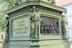 Fundament vom Landesdenkmal / Gedenksäule für die Befreiungskriege 1813 am Franz-Parr-Platz in Güstrow. Aufgestellt 1865, Entwurf Hermann Willebrand. Die bildhauerischen Arbeiten schuf Georg Wiese, wohl nach Entwürfen von Albert Wolff.