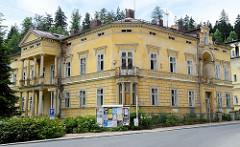 Klassizistisches Gebäude Dekorfries und Säulen in Marienbad / Mariánské Lázně; das renovierungsbedürftige Haus steht leer.