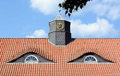 Dach mit Dachfenstern / Ochsenaugen und schieferverkleidetem Uhrenturm am jetziges Eichamt bei den Messingwerken in Finow / Eberswalde; errichtet 1923 als Gemeindeschule.
