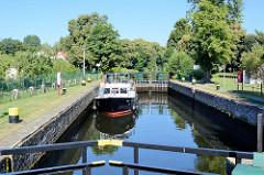 Das Sportboot / Motorboot Erika liegt in der Schleusenkammer der Schleuse Heegermühle des Finowkanal als und wartet auf die Schleusung.