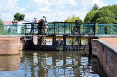 Die Stemmtore / Schleusentore der Stadtschleuse Eberswalde am Finowkanal werden von Hand geöffnet.  Die Schleusenkammer  hat eine Länge von 41m und einen Hub von 3,50m.