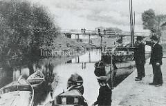 Altes Bild vom Finowkanal bei Eberswalde Holzboote und ein Frachtschiff liegen am Kanalufer.