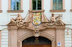 Eingang mit Wappen vom barocken Amtsgericht in der Burgstraße von Altenburg - erbaut 1728, Architekt  Johann Georg Hellbrunn.