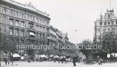 Altes Foto vom Steindamm in Hamburg St. Georg - Hotel Schadendorf mit Baugerüst, Pferdewagen, Fussgänger und Strassenbahn. Milchkarren mit Milchkannen von einem Hund gezogen.