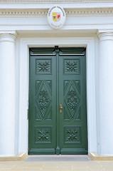 Mit aufwändigem Schnitzwerk versehene Eingangstür vom Gebäude des Amtsgerichts Güstrow.