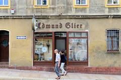 Hausfassade / Fassade eines Geschäftes in der Kunstgasse von Altenburg, Edmund Glier - Werkzeug und Instrumentenschleiferrei, Fleischereibedarf, Werkzeuge zur Holzbearbeitung.