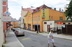Seitenstraße in    Marienbad / Mariánské Lázně;  Wohnhäuser / Geschäftshäuser mit farbiger Fassade, Kino des Badeortes.