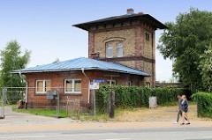 Historische  Backsteinarchitektur an der Eisenbahnstrecke von Güstrow.