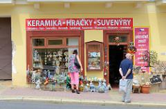 Geschäft mit Souvenirs, Keramik und Spielzeug in Marienbad / Mariánské Lázně; Touristen suchen sich Andenken an ihren Aufenthalt in dem Kurort aus.