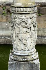 Reliefsockel vom Nepturn-Brunnen der Pferdeschwemme im Innenhof vom Renaissance-Schloss Altenburg.