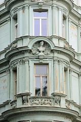 Mit neoklassizistischen Elementen versehener runder Erker eines Wohnhauses in Olomouc / Ölmütz.