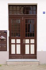 Alte Eingangstür im Stil des Historismus,   Dekor- Schnitzerei im Türblatt -  Oberlicht; Bilder der Architektur in Güstrow.