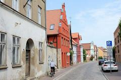 Historische, teilweise denkmalgeschützte Wohnhäuser in der Hollstraße von Güstrow.