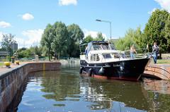 Das Sportboot / Charterboot Erika liegt in der Schleusenkammer der Eberswalder Schleuse beim Finowkanal.