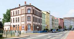 Wohnhäuser mit unterschiedlicher Fassadengestaltung in der Schwaaner Straße von Güstrow.