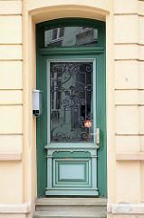 Alte Eingangstür im Stil des Historismus - farblich abgesetzte Zierverleistung und mit Ziergitter geschütztes Türfenster;  Bilder der restaurierten Altstadt von Güstrow.