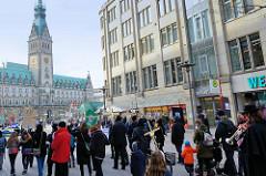 Trauermarsch der Graswurzelbewegung Extinction Rebellion XR in der Mönckebergstraße in der Hansestadt Hamburg. Die DemonstrantInnen tragen Holzkreuze mit den Namen ausgestorbener Tier- und Pflanzenarten. Im Hintergrund das Hamburger Rathaus.