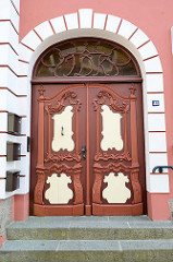 Denkmalgeschütztes Wohnhaus mit Doppeltür, Eingangstür in Güstrow - aufwändiges barocke Schnitzwerk auf dem Türblatt und am Oberlicht.