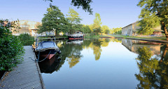Messinghafen am Finowkanal in Finow / Ortsteil von Eberswalde - Sportboote / Motorboote liegen zur Übernachtung am Steg, am Ufer alte Lagerhallen.