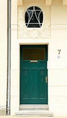 Jugendstilfassade /Eingangstür eines denkmalgeschützten Wohnhauses in der Altstadt von Güstrow.