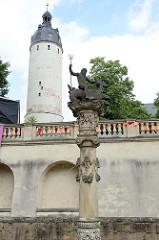 Blick zum Nepturn-Brunnen der Pferdeschwemme im Innenhof vom Renaissance-Schloss Altenburg. Im Hintergrund der Hausmannsturm / Wehrturm, errichtet im 12. Jahrhundert