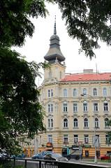 Wohnhaus im Baustil der Gründerzeit, Eckgebäude an der Straße Komenského in Olmütz / Olomouc;  Eckturm mit Kupferhelm in asiatischem / chinesischem Stil.