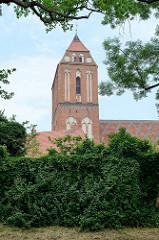 Blick zum Dom St. Maria, St. Johannes Evangelista und St. Cäcilia in Güstrow; norddeutsche Backsteingotik.