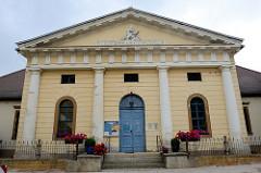 """Fassade vom Logenhaus der Altenburger Loge """"Archimedes zu den drey Reißbretern; errichtet 1804 - Architekt Heinrich Wilhelm Schmidt."""