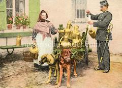 Polizeikontrolle einer Milchhändlerin in Belgien / Flandern; zwei Hunde mit Maulkorb sind in der Deichsel des zweirädrigen Karrens eingespannt - im Stroh stehen große Messingkannen / Milchkannen - historisch colorierte Aufnahme.